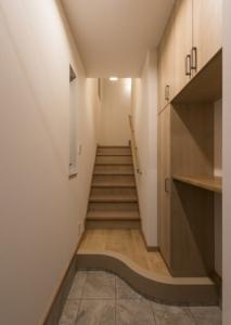 09 玄関・階段(2F).jpg