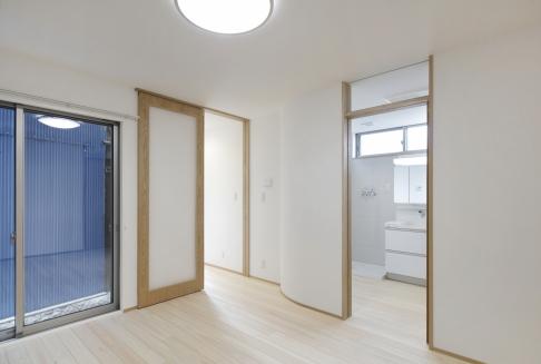 洋室から洗面室を見る(世帯1)