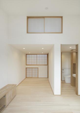 寝室から水廻り、階段室を見る(世帯2)