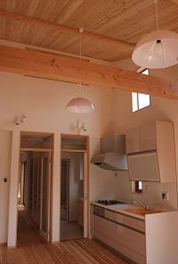 木貼り天井のリビングダイニング.JPG