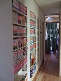 内壁を利用した本棚.JPG