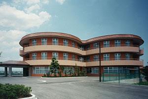 福祉施設<br /> ファザード 3つのグループホームを表現したクローバー型の外観